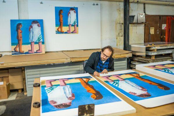 todd-bienvenu-signing-his-lithograph-beach-towel-jrp-editions-galerie-sebastien-bertrand-artprint